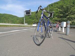 Vélo au bord d'une route japonaise