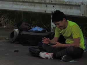 Ami japonais se repose pendant le voyage